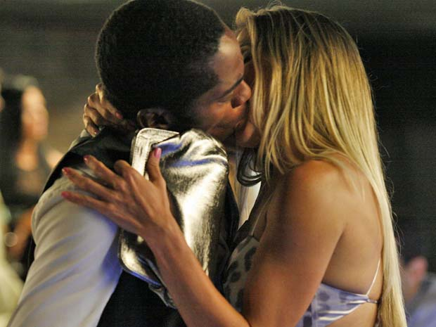 André corresponde ao beijo