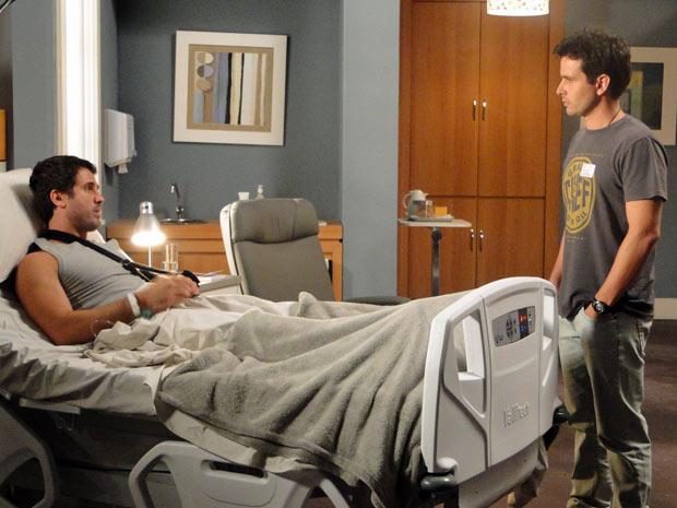 Pedro pede ajuda a Nando para pegar seus documentos em casa