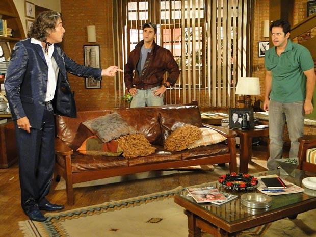 Jacques invade a casa de Ari em busca de Val