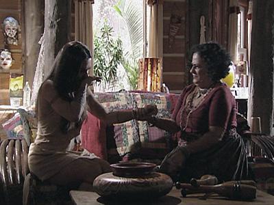 Terê promete guardar segredo sobre gravidez de Estela