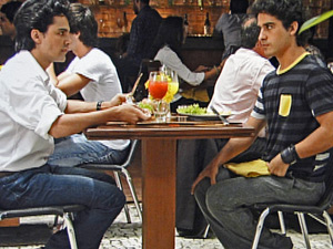 Julinho conta para Dr. Eduardo sobre as estranhas tentativas de aproximação de Thales