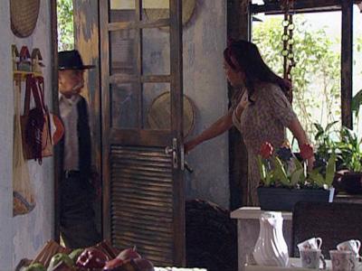 Max invade a casa atrás de Amélia