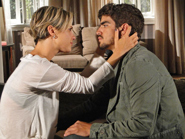Luisa implora para Edgar ficar com ela