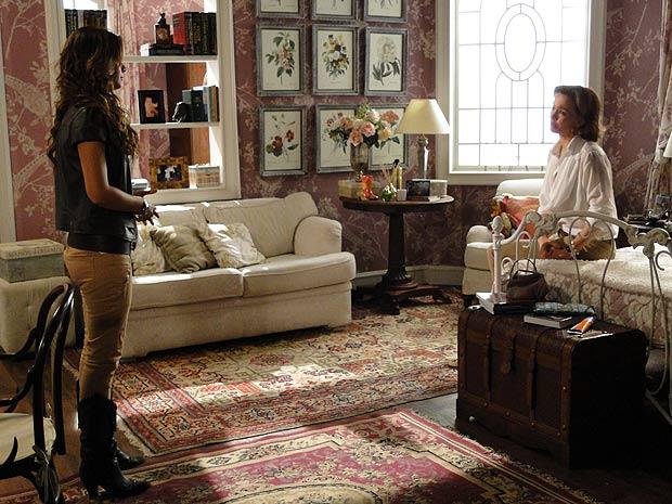 Manuela promete ajudar a mãe a se encontrar com Vitor