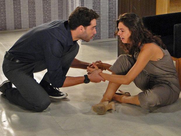 Renato se desespera ao encontrar Marcela aos prantos