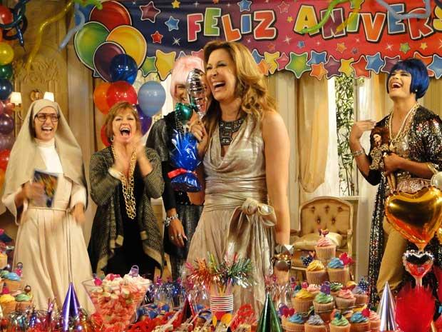Jaqueline fica radiante com a festa surpresa