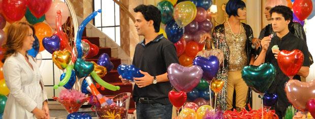 Julinho fica constrangido ao ver Thaísa e Dr. Eduardo