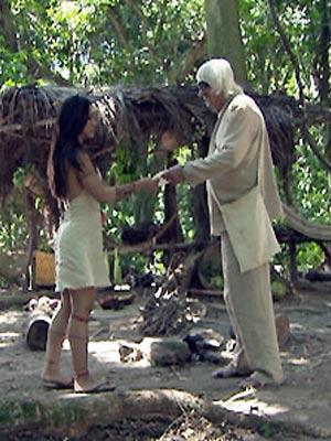Aos prantos, Estela confessa gravidez para Ruriá