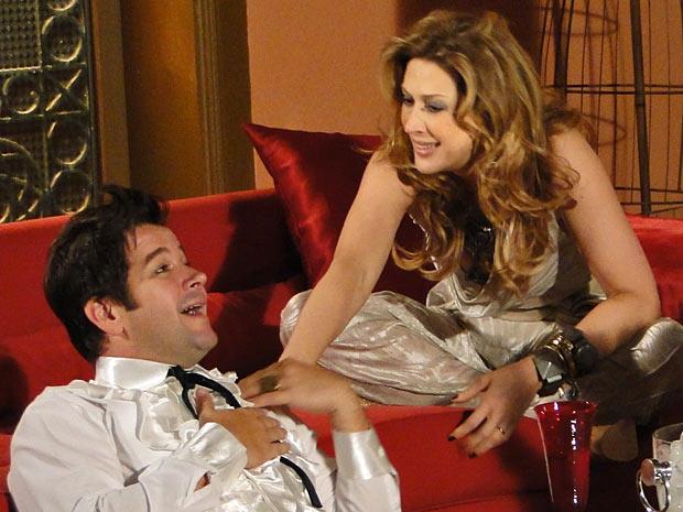 Ari e Jaqueline se divertem ao conversar sobre as frustrações amorosas