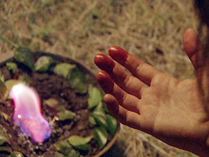 Ao ver o sangue nas mãos, ela se desespera