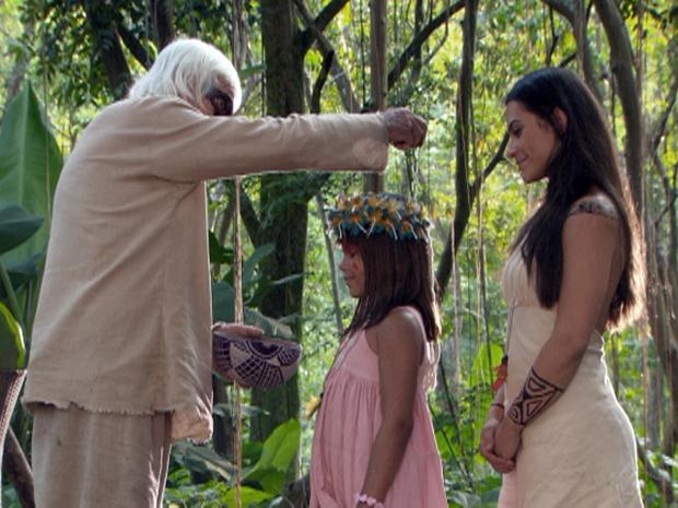 Ruriá e Estela fazem o ritual de iniciação da pequena Karuê