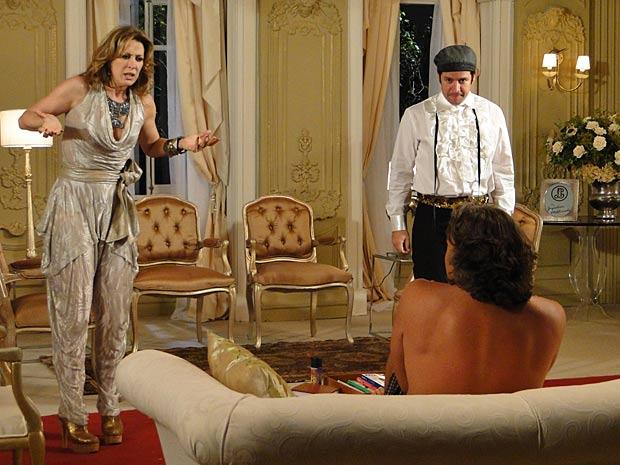 Jaqueline entra no ateliê com Ari e leva susto com Jacques de cueca