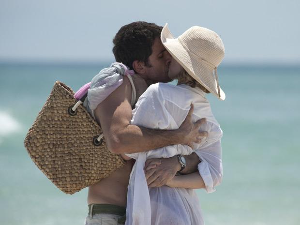 Pedro beija Marina com paixão