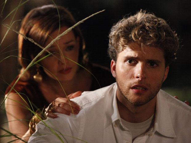 Amélia fica desesperada ao ver Vitor em perigo