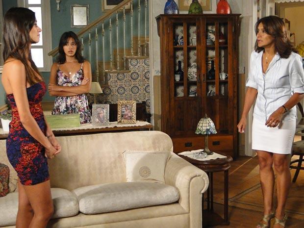 Marta fica revoltada ao saber que Amanda fotografou o croqui de Valentim