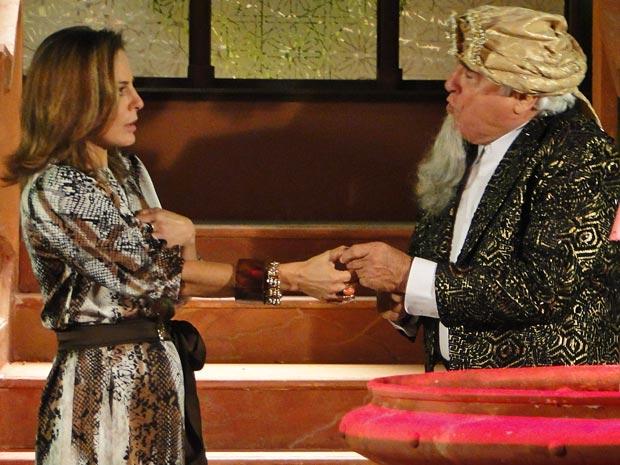 Mário Fofoca se veste de bruxo e promete ajudar a madame a recuperar o marido