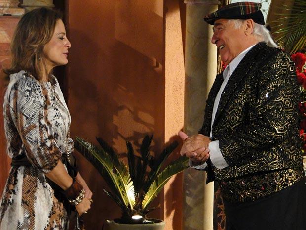 Mário Fofoca se veste de Valentim para receber uma cliente