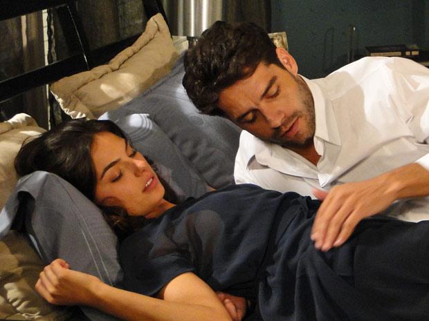 Renato seduz Marcela e os dois dormem juntos