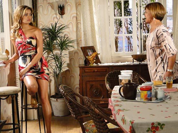 Stéfany se faz de sonsa quando Nicole cobra explicações sobre a entrevista