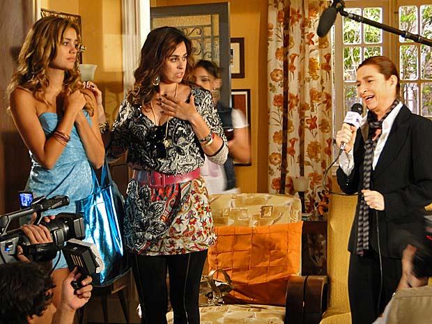 Stéfany fica surpresa ao ver a mãe e dá entrevista para programa de TV