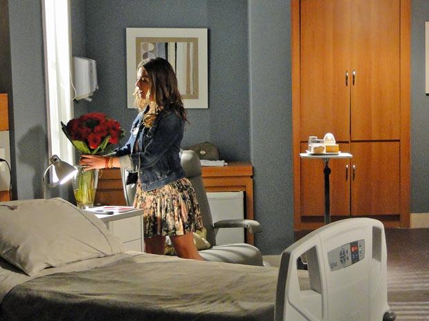 Irene (Fernanda Paes Leme) joga no lixo as flores de Marina (Paola Oliveira)