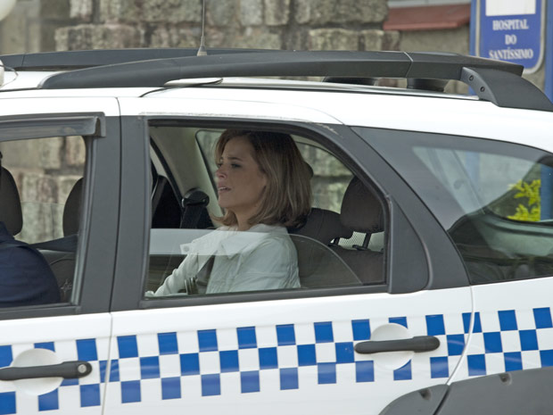 Marina não segura o choro quando entra no táxi