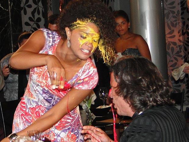 Clotilde joga vinho na cara de Jacques