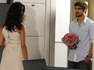 Edgar leva flores para Marcela