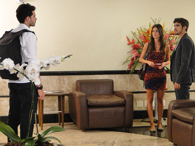 Renato avisa que se separou de Marcela