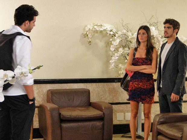 Edgar e Amanda se surpreendem com a presença de Renato