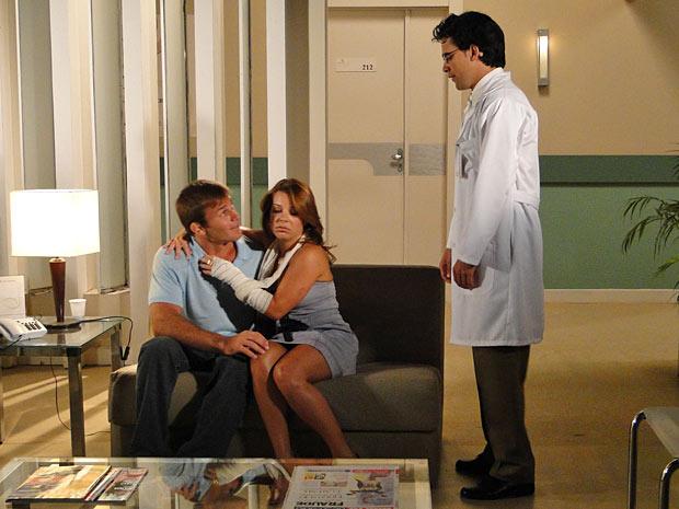 Thaísa tenta provocar ciúmes em Dr. Eduardo