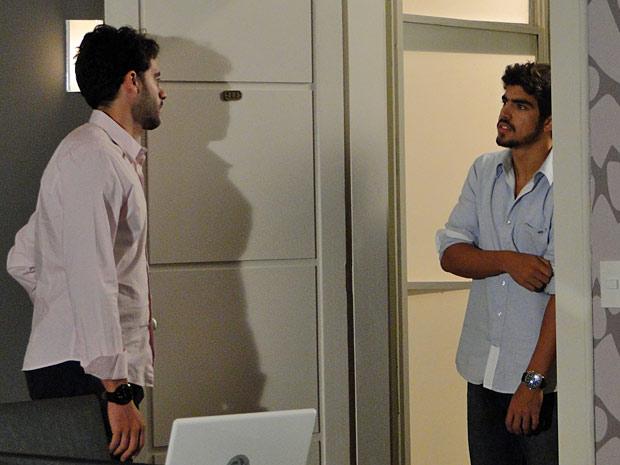 Edgar fica revoltado ao encontrar Renato na casa de Marcela
