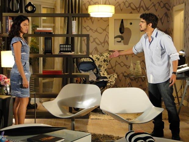 Ele pede para Marcela confessar que ficou afim do pai de seu filho