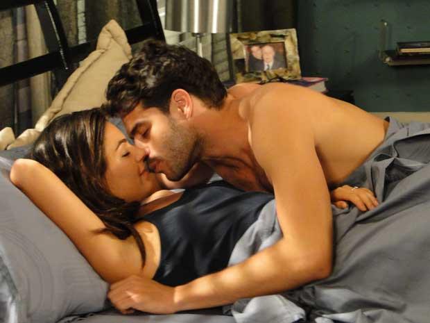Marcela e Renato passam a noite juntos