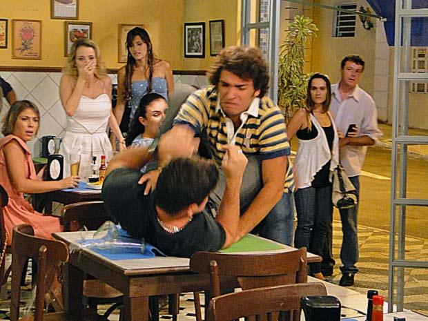 Luti parte para cima de Pedro ao vê-lo agarrando Camila