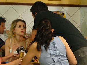 Bêbado, Pedro se aproxima de sua amada