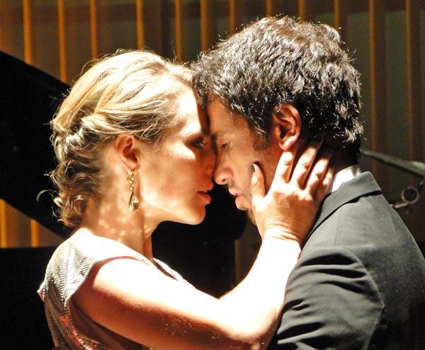 Marina e Pedro dançam e se beijam