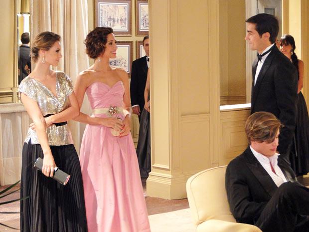 Marina e Carol chegam e Henrique vai falr com elas