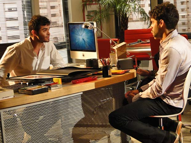 Renato vai ao escritório de Érico pedir emprego