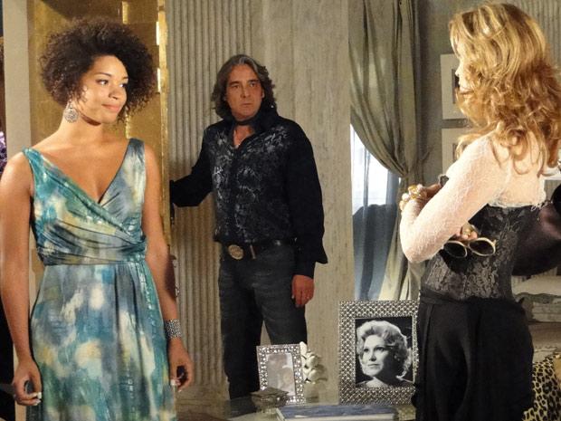 Jaqueline dá de cara com Clotilde na casa de Jacques