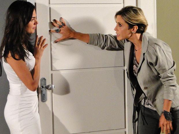 Luisa força a porta e entra na casa de Marcela
