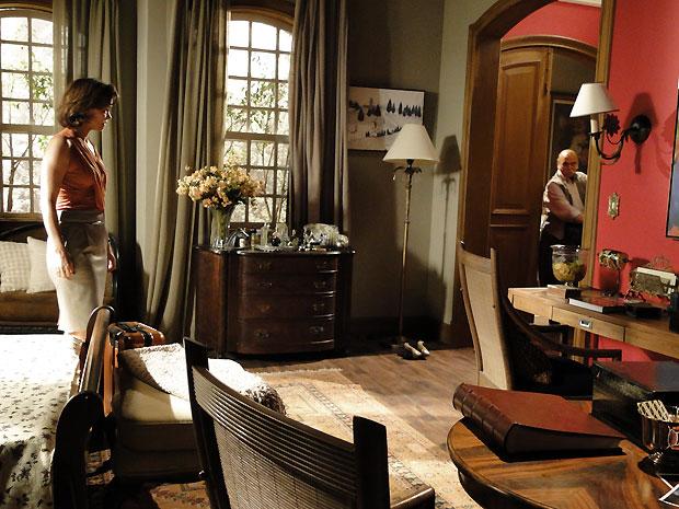 Cínico, Max deixa o quarto e tranca Amélia lá dentro