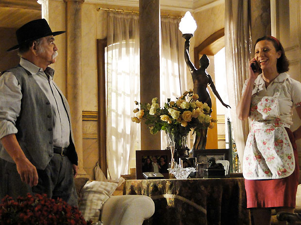 Lurdinha atende Vitor ao telefone e fica tensa