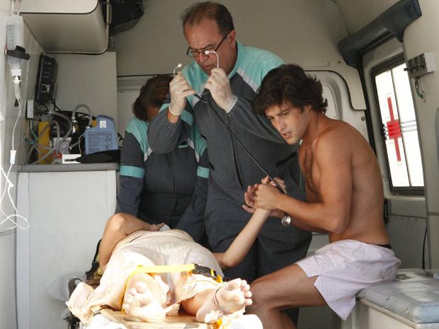 Desirée é levada para hospital e Armandinho a acompanha