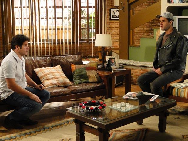 Ari conta para Chico sobre a suspeita de Cecília ser a mãe de Jacques