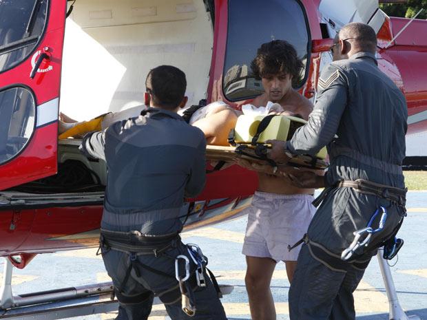 Armandinho e Desirée descem do helicóptero