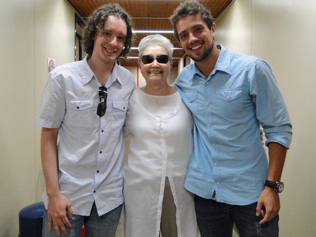 A autora e seu colaborador também posaram ao lado de Rafael Cardoso