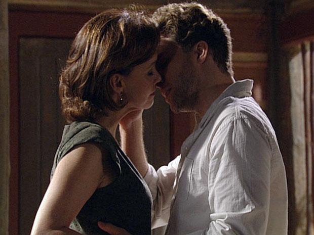 Vitor e Amélia começam a se beijar