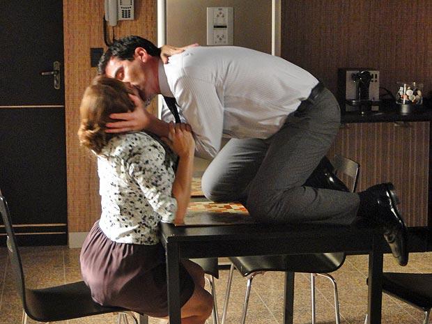 Daisy e Marcelo se beiajm às escondidas