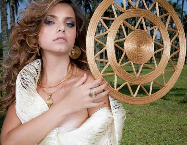 Manuela posa para as fotos da linha de joias de Amélia